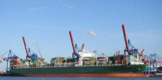Nach einer Kollision mit einer Containerbrücke wird die »Thalassa Tyhi« am Athabaskakai in Hamburg repariert