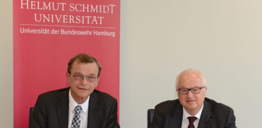 Hans-Heinrich Witte (l.) und Wilfried Seidel unterzeichnen den Kooperationsvertrag für das neue Studium »Bauingenieurwesen«. Foto: HSU