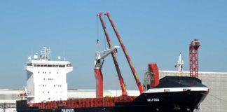 Die »Selfoss« erthält bei der Bredo-Dockgesellschaft in Bremerhaven zwei neue Krane von Liebherr