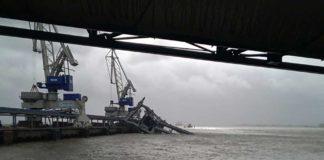 Die rund 1.000 t schwere Umschlagbrücke an der Kohlepier in Wilhelmshaven wurde vom Orkan ins Wasser gerissen und komplett zerstört