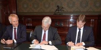 Hamburg hat eine neue Strukturvereinbarung zum Hafenlotstarif verabschiedet. V.l. Jens Meier, CEO Hamburg Port Authority (HPA), Wirtschafssenator Frank Hoch sowie Tim Grandortff, 1. Ältermann der Lotsenbrüderschaft Hamburg, bei der Unterzeichnung im Hamburger Rathaus