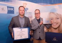 Der Seehafen Wismar wurde von der IHK Schwerin als Top-Ausbildungsbetrieb ausgezeichnet. Jan Kelling, Bereichsleiter Personal und Janek-Anton Korth, Auszubildender, üräsentieren den Preis