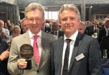 Rainer Schäfer (l.) erhält den Buganker von Emile Hoogsteden