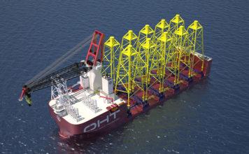 Liebherr in Rostock hat einen weiteren Auftrag zur Lieferung eines Schwerlastkrans vom Typ HLC 150000 erhalten, der für die Installation von Jackets, Monopiles und Mono-Buckets für Windkraftanlagen sowie für den Rückbau und den Schwerlastverkehr eingesetzt wird. Der Kran soll 2020 auf dem halbtauchfähigen Offshore-Schwertransportschiff von OHT in Betrieb gehen. Liebherr-MCCtec Rostock erhielt von der Osloer Firma Heavy Transport (OHT) und China Merchants Heavy Industry (CMHI) den Zuschlag für die Lieferung eines Schwerlastkrans für das neue Installationsschiff, das Offshore-Unterwasserfundamente installieren soll. Gemeinsam mit den norwegischen Firmen OHT, Ulstein Design & Solution, DNV-GL sowie der chinesischen Werft CMHI entwickelt Liebherr nun das neuartige Schiff für Anwendungen in der Windenergiebranche, für die Installation von Offshore-Plattformen, für Decommissioning-Aufgaben und für Schwerguttransporte. CMHI, ein bekannter Hersteller von Offshore-Equipment und großen Schiffen, wird das 216,3 m lange Schiff auf seiner Werft in Haimen im Auftrag von OHT bauen. Ulstein hat in enger Zusammenarbeit mit OHT das patentierte »Alfa Lift«-Konzept entwickelt. Neubau soll Installations-Branche verändern »Seit 2016 arbeiten wir eng mit OHT zusammen, um ein effizientes Design für die Projektanforderungen zu entwickeln und dadurch die Kosten für die Installation von Windparks auf hoher See zu senken. Das ist uns jetzt gelungen und wir haben auch eine optimale Balance zwischen Gewicht und Leistung erreicht«, sagt Armin Seidel, Gebietsverkaufsleiter Offshore-Krane bei Liebherr. Das neue Halbtaucherschiff von OHT soll ein »hochmodernes Installationskonzept« bieten, das den Offshore-Markt »beeinflussen und verändern« soll. Liebherr unterstütze dies mit einem Kran aus der neuesten Kranreihe des Unternehmens im Schwerlastbereich. Der HLC 150000 kann bis zu 3.000 t heben. Basierend auf der bewährten Kranbauweise mit Großwälzlager, A-Frame und Gittermast biete der Kran höchste Zu