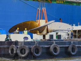 """Schwimmkran """"HHLA IV"""" verlädt den weltweit größten Schiffspropeller, von MMG für MSC. (Foto: HHLA)"""