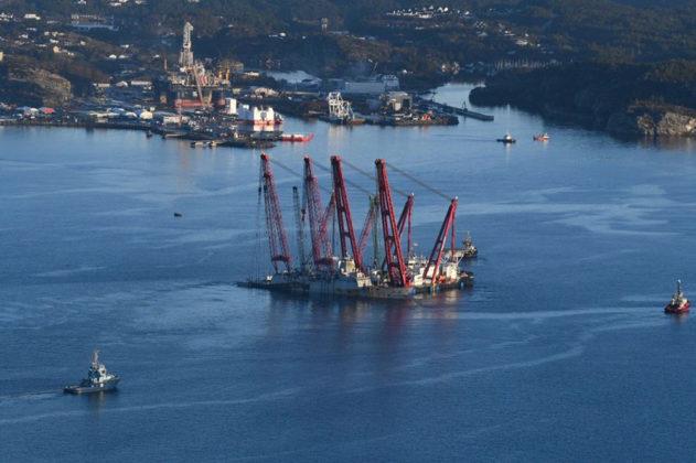 Die Fregatte »KNM Helge Ingstad« wird von zwei Kranschiffen gleichzeitig angehoben