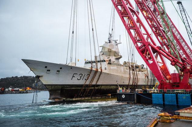 Die Fregatte »KNM Helge Ingstad« wird gehoben