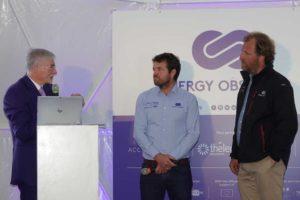 Jürgen Bruns-Berentelg (l.) lässt sich von Victorien Erussard (m.) und Jérôme Delafosse die Besonderheiten der »Energy Observer« erklären