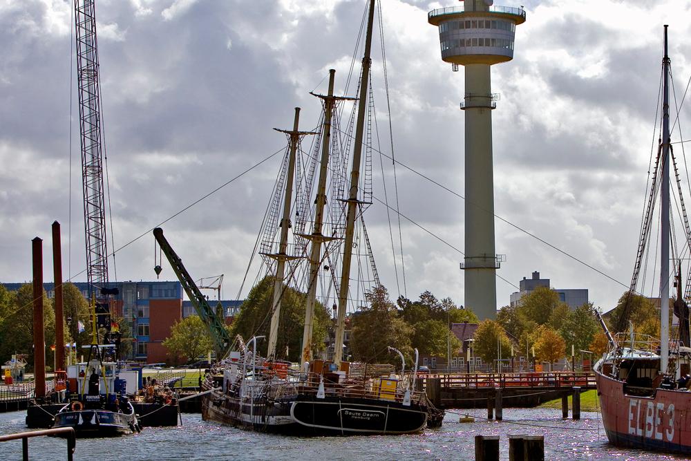 Die »Seute Deern« liegt halb versunken im Hafenbecken des Deutschen Schifffahrtsmuseums zu Bremerhaven. Mehr als 100 Jahre hat sie auf den Planken, jetzt bietet sie einen traurigen Anblick: Die Mastzinnen abgeschlagen, alle Rahen weg. Mit Hilfe von Luftpolstern soll das Traditionsschiff demnächst gehoben und anschließend saniert werden. Kosten: 1,1 Mio. € (© Hero Lang)
