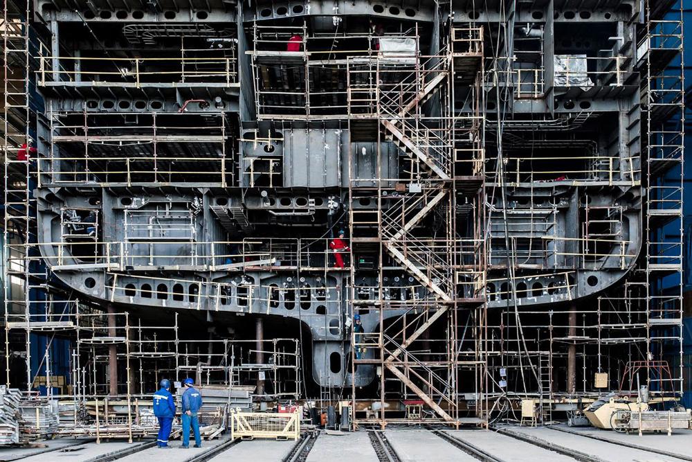 Finden Sie heraus, welches Schiff hier gebaut wird und wo? Zumindest das zweite Rätsel können wir auflösen: Es ist die Vard-Werft im rumänischen Tulcea, dort wurde der Rumpf für das künftig modernste Forschungs- und Expeditionsschiff für REV Ocean gefertigt. (© REV Ocean)